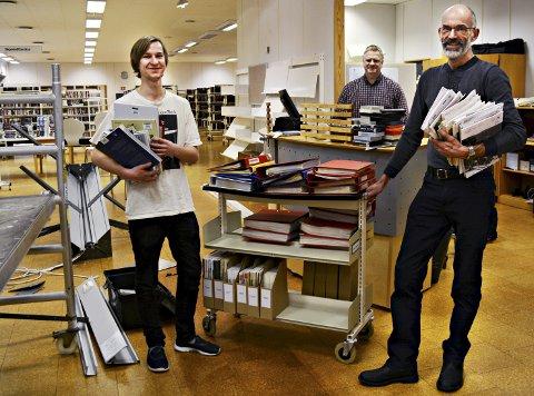 Det har vært et tidkrevende arbeid å merke og flytte om på ca 25.000 bøker, men nå er de snart i mål. Mandag kan sunndalingene ønskes velkommen til et mer moderne og brukervennlig bibliotek. Fra venstre: Torgeir Brun, Tor Vaagen og Claus Christiansen.