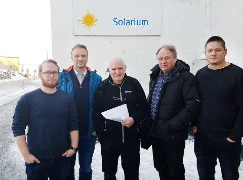Jonatan Andersen (fra venstre), Askill Sandvik, Jan Karstein Sveggen, Kjetil Tore Fjalestad og Per Inge Storvik orienterer om at badeland må stenge dørene.