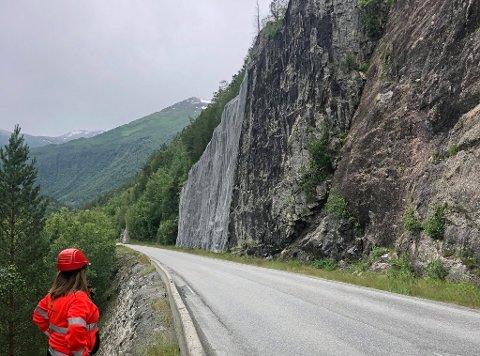Denne fjellskjæringen skal renskes og sikres med mer isnett for å gjøre det tryggere å kjøre på riksvei 70 mellom Sunndal og Oppdal.