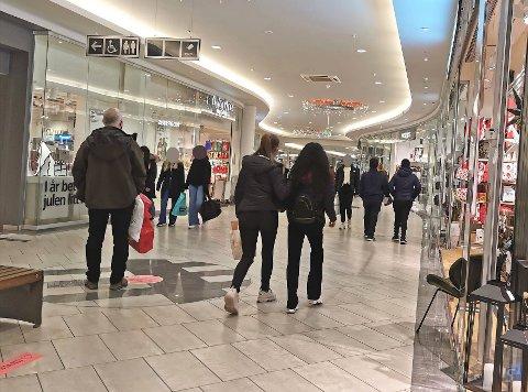 Selv om det er god plass på Gulskogen Senter i Drammen anbefales kundene å bruke munnbind inne på sentret. Vektere fra Securitas opplevde likevel at flere kunder takket nei til munnbind som ble levert ved inngangspartiet. Bildet er tatt i en annen sammenheng.