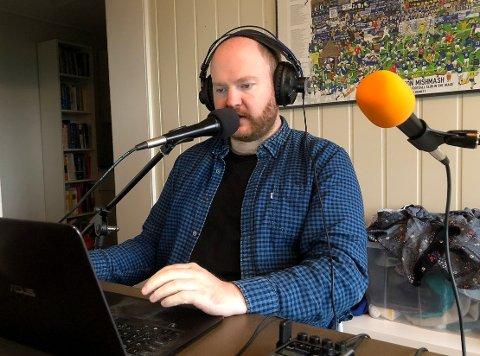ENGASJERT: Øystein Hjelle Bondhus er laaaaangt over snittet interessert i lokalfotballen, så interessert at han lett går med på at han er en lokalfotball-idiot. Hans podcast om breddefotballen på Nordmøre (og Romsdal) har allerede rukket å bli en kjempesuksess.