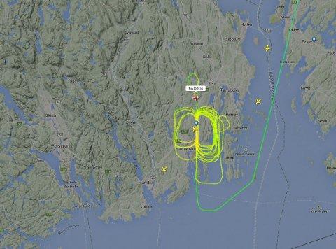 RUNDT OG RUNDT: Dette flyet går rundt og rundt over Torp Sandefjord lufthavn.