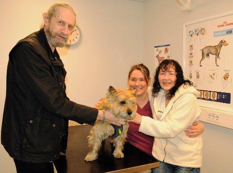 EVIG TAKKNEMLIGE: Odd Gunnar Andersen (t.v.) og Anne-Marie Andersen takker veterinær Malene Haraldsen (i midten) for å ha reddet livet til hunden Mikko.