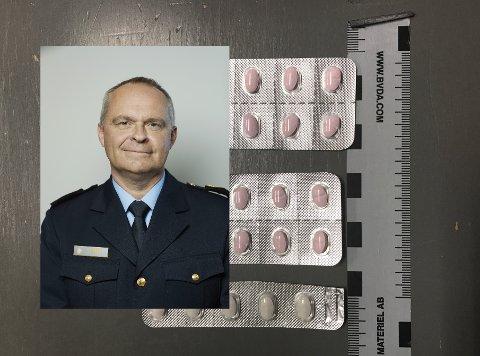BESLAG: Her er ser du deler av et større pillebeslag gjort av tollvesenet på Torp. Innfelt er tolldirektør Øystein Børmer.