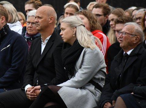"""HOLDT HENDER: Arne Okkenhaug og datteren Maria, holdt hender under minnemarkeringen 22. juli. De var tydelig beveget da Arild Grande sang """"En sang til modet"""", samme sang som han sang under Emils begravelse i 2011."""