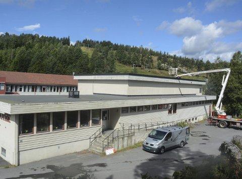 Erstattes: Rivingen av dette skolebygget, som inneholdt gymsal, garderober og bibliotek, er første skritt på veien til Vegårsheis nye ungdomsskole som skal bygges på denne tomta, og stå ferdig til bruk i januar 2019.Foto: Øystein K. Darbo