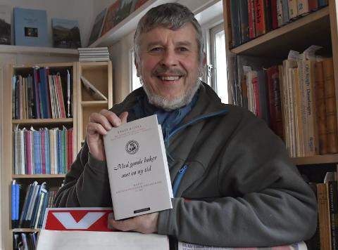 Arne-Ivar Kjerland i Nynorsk Antikvariat kan feire sin boknøtt nummer 400. Her poserer han med boka som ble gitt ut i forbindelse med Norsk antikvarbokhandlerforenings 75-års jubileum i fjor. Ernst Bjerke