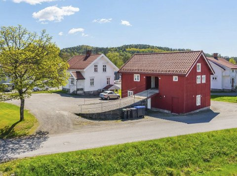 Bygd om til Leiligheter: Låvebrua forteller at dette var opprinnelig et uthus med en låve, i sentrum av Myra. I 2009 ble det bygd tre leiligheter i låvebygningen. Hovedhuset fra 1911 er også blitt oppgradert, og har fått innredet en sokkelleilighet. Foto: Niklas Larsson