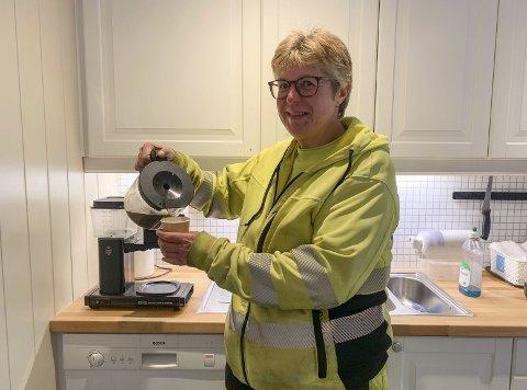 Nei takk: Annette Byklum er vaktmester i teknisk avdeling, og er mye på farta. Hun vil heller ha med egen kaffi på termos enn å bli med i en kommunal avtale. Det hender hun sniker til seg en kopp av fra mokkamasteren i fellesområdet, men kaffepulveret der er betalt av panteflasker og tomgods. Vannet er forøvrig gratis. Foto: Marianne Stene