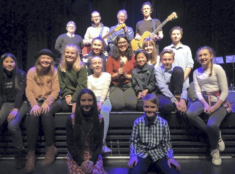 Vel blåst: Fornøyde elever og band rett etter musikalkonserten i kultursalen på Fagernes.