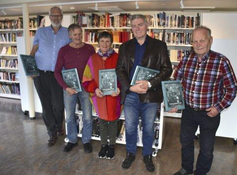 Historiebok: Styret i Vang historielag poserer med den nye boka, frå venstre Tore Hovda, Ove Bunde,Aud Kvale, Helge Rønningen og Harald Jevne.