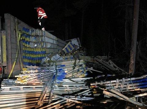Telefonstolper var knekt, og stillasdeler fra lasset lå spredd langs E16 etter ulykken. Foto:Privat