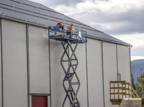 Tetting: Hugaas Entreprenør AS forsøkte seg med tetting av taket til Valdres Storhall på Leira med skum, lim og beslag, men vatnet fortsatte å renne inn. Til slutt ble SINTEF hentet inn for å komme med en ekspertuttalelse og nå havner saka i Valdres tingrett.
