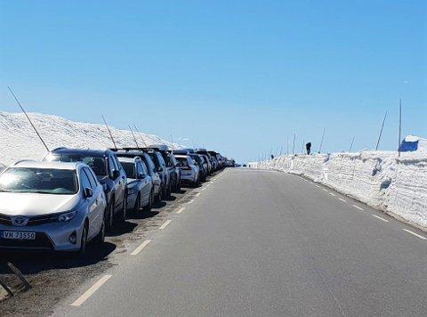 FOLKSOMT: Mange har tilbrakt pinsen på ski på Valdresflyet i finværet, hvilket den flere kilometer lange rekka av parkerte biler vitner om.