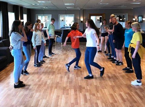 Andre tider: Dansende Strunkeveko-deltakere arm i arm og side om side på Merket i fjor sommer. Slik blir det ikke i år da ungdomskurset er avlyst fordi det blir for vanskelig å overholde smittevernreglene.