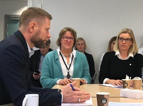 SKAL LYTTE: Helseministeren vil høre hva ordførerne mener. Her fra et tidligere besøk på Lillehammer sammen med ordfører Ingunn Trosholmen og sykehusdirektør Alice Beathe Andersgaard