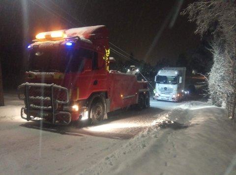 GLATT:Bilde av bilberging mandag kveld. Dette skjedde mellom Glømmi Sport og Rauerskauveien. – Lastebilen hadde ikke brukt kjettinger. Midt oppe i bakken så seilte den bakover og ut i grøfta. Så kom redningsbil og fikk dratt den opp, sier Lars Helgeland, som bevitnet hendelsen.