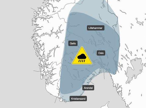 GULTFAREVARSEL:Kart som viser hvor det mest sannsynlig kan bli styrtregn mandag og tirsdag.