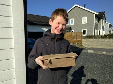 HOBBY: Tolvåringen kjente nok at hjertet slo litt ekstra fort, da han kom over denne boksen fra forrige århundre.