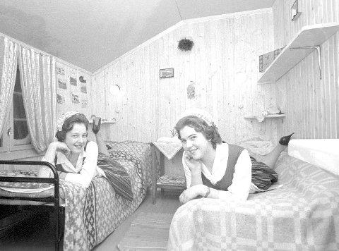 """PÅSKEFERIE: """"Nå kan de komme!"""", proklamerer værelseskameratene Bjørg Jenssen og Åse Eriksen ved Eidsbugaren Høyfjellshotell i Jotunheimen i 1961. 92 sengeplasser og ytterligere 43 senger i Turisthytta som hotellet drev sammen med Den Norske Turistforening, sto klare."""