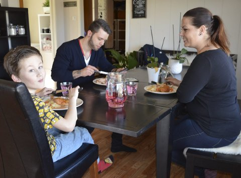 Gratis middag slår an: Tidsklemma er borte tirsdager og torsdager hos familien Klemmetsmo på Virik, for da har pappa Even med seg ferdig middag fra jobben. Her nyter han maten sammen med kona Anja og tiåringen Casper.