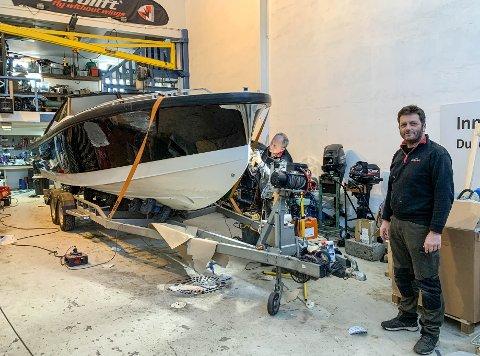 GLASSFIBERARBEID: Gunnar Nordvik jobber med skroget på en båt som var stjålet og kjørt i stykker. Blant annet var baugen helt knust. Dette er et oppdrag for et forsikringsselskap, forteller Rune Sandvik.
