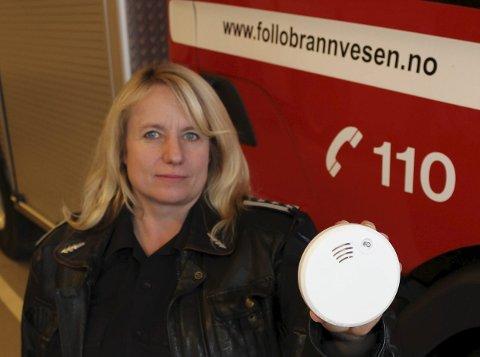 LIVREDDERDINGS: Janne Hovdenakk i brannvesenet håper alle får med seg at det er blitt strengere regler for røykvarslere.Foto: Pål Brikt Olsen