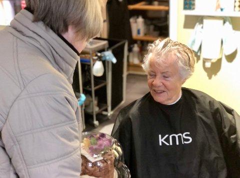 Etter en liten leteaksjon finner vi Liv Skogli hos frisøren. Der får hun kake og gode ord.