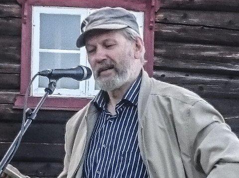 TUSENKUNSNER OG HESSDALING: Ole Gunnar Folde kåserte og spilte trekkspill og fele. Foto: Kari Vårhus
