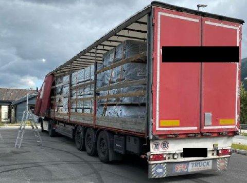 ANMELDT: En tungbilsjåfør ble anmeldt for å kjørt med denne lasten på rv. 3 torsdag.