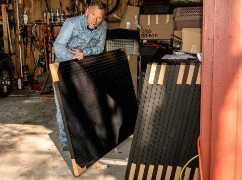 Svend-Kristian Martinsen med solcellepanel klar til montering på hustaket.