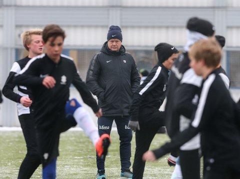 MØTER ASKER: Tidligere landslagssjef Per-Mathias Høgmo (midten) og Fredrikstad møter Asker i serieåpningen i 2. divisjon. Bildet er fra en trening på Føyka i 2016, da Høgmo trente landslaget.