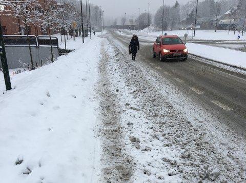 SANDVIKSVEIEN, HØVIK: Her var det ikke lett å gå, mener Morten Gulliksen, som tok dette bildet like etter kl. 11 torsdag.