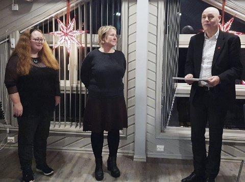 Utmerkelse: Linda Kristin Tømte Reitan flankert av Wenche Sæther og Odd-Arild Bugge.