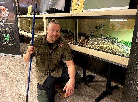 Nils Harald Reiersen viser stolt frem to av verdens giftigste slanger, som snart skal få plass i regnskogen.
