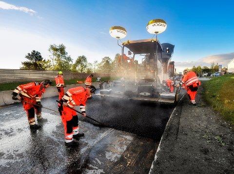 ASFALTSESONG: Statens vegvesen skal bruke om lag 1,2 milliarder kroner på å legge cirka 100 mil asfalt denne sommeren.