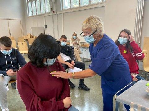 FØRSTE STIKK: Ansatte fra vaksineseneteret i bydel Nordstrand setter første dose med koronavaksinen på elevene ved Holtet videregående skole
