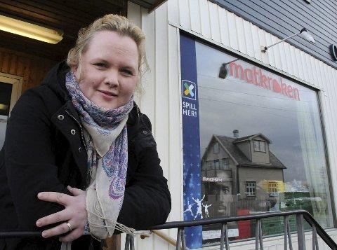 På tide å gi seg: Maija Kaarina Hansen har trivdes med å drive butikk på Tranøy i Hamarøy, men etter snart fire år gir hun seg. – Når man kjenner at man har gjort sitt, er det på tide å skifte jobb, mener hun. Hansen har fått seg ny jobb i Hamarøy kommune. Foto: Øyvind A. Olsen