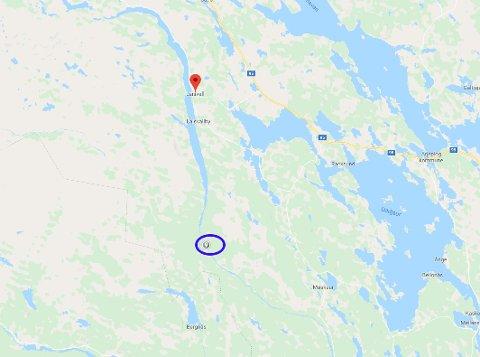 Ifølge svensk politi forsvant mannen ved Hästskoforsen (blå ring) omlag to mil sør for Laisvall.