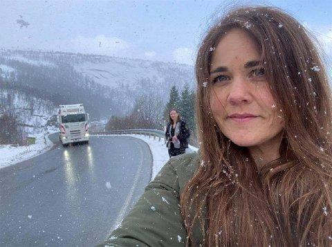 Elendig standard: Fylkesleder Trine Fagervik i Nordland Senterparti er oppgitt over hvor elendig standard det tidvis er på E6 nord i Nordland, blant annet over Ulvsvågskaret. I bakgrunnen ordfører Britt Kristoffersen i Hamarøy.