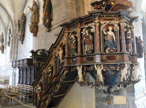 Et av de mange kunstverkene i Mariakirken. I bakgrunnen henger apostlene.FOTO: MAGNE TURØY
