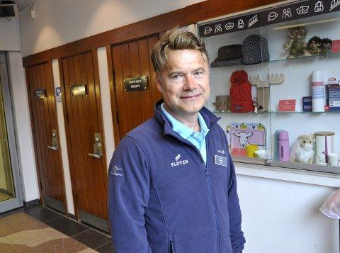 Gavebidrag: Drifts- og serviceleder Ole Hugo Anderson sier Uken ville bidra med en gave, og spleiset på trollstatuen. Foto: Dag Bjørndal