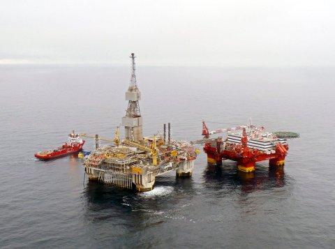 Det er plattformen til venstre på bildet som nå er på Stord og skal oppgraderes. (Foto: Statoil/NTB SCANPIX)