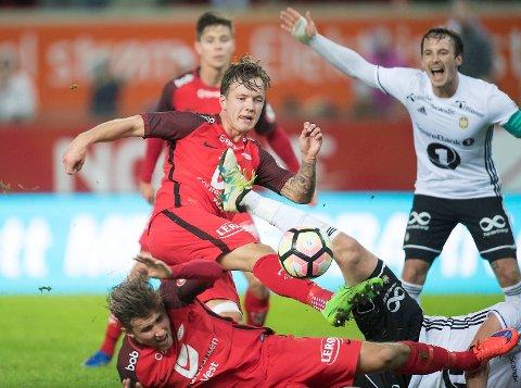 Fredrik Haugen og Brann skal måle krefter med Mike Jensen (bak) og Rosenborg 10. mars. Kampen ser du på BA.no, men det blir uten Steffen Lie Skålevik (liggende). Han går til Sarpsborg.