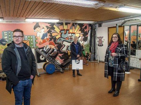 Bomberommet er gjort fint, men Lars Jørgen Pedersen (rektor), Elisabeth Selvik Nielsen (Salhus Turn) og Jeanette Meyer (FAU) håper at elevene ved Mjølkeråen skole kan få bedre gymfasiliteter i fremtiden.