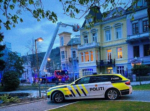 Brannmannskapene måtte ta i bruk lift for å hente ned noen av beboerne i Strømgaten 56.