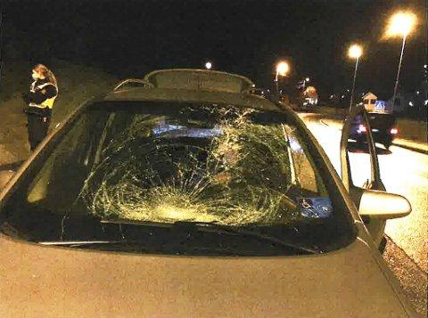 Bilens frontrute ble knust i sammenstøtet i Ervikveien 2. januar i år.