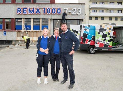 Rema-kjøpmann Møyfrid Tysdal (i midten) har med seg barnebarnet Nathalie Larsen Igelkjøn og sønnen Jonny Tysdal Igelkjøn på det nye butikklaget. I bakgrunnen monteres nye skilt dagen før åpningen.