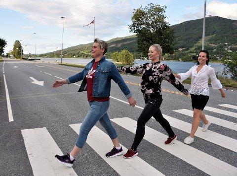 I FIN TAKT: Her marsjerer (fra v.) Stine Velven Hagen fra Åmot, Marlene Paulsen fra Geithus og Kjersti Drolsum fra Vikersund i flott takt - for å symbolisere nye toner i samarbeidet gjennom Modum handel.