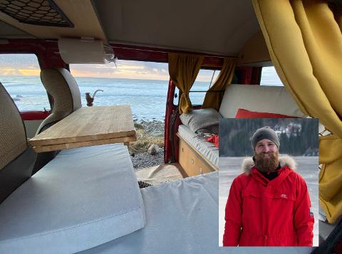 MANGE MULIGHETER: Den bakre delen av bilen kan brukes som både seng og sofagruppe. Sofabordet er det eneste Omdal har bygget selv.